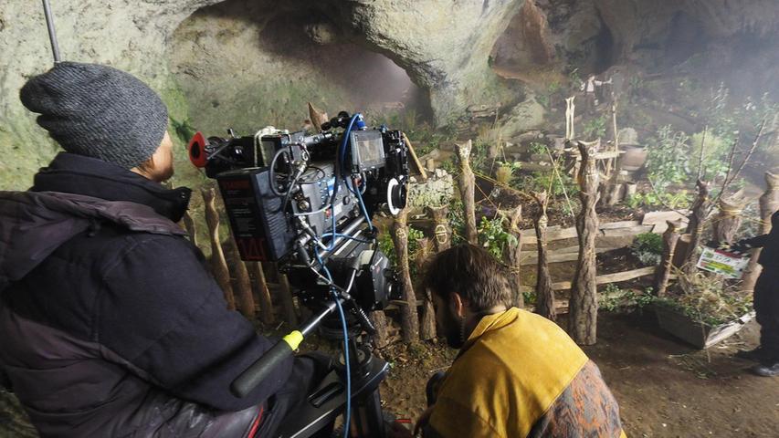 """Der Filmstudent Matthias Lang drehtein der Ludwigshöhle im romantischen Ailsbachtal die letzten Szenen für seinen Abschlussfilm """"König Laurin"""", der im Frühjahr 2016 in die Kinos kam. Für den Film wurde ein mächtiges Höhlengewölbe benötigt. """"So große Höhlen gibt es in Südtirol nicht"""", erklärte Drehbuchautor und Regisseur Matthias Lang am Set. So wurde dann Südtirol in die Fränkische Schweiz geholt: Zuerst wurde in der Ludwigshöhle gedreht. Ein Blue Screen, also eine blaue Plane, verhängte das große Höhlentor. Und in die dann bei der Filmbearbeitung wurden die Südtiroler Berge einkopiert..."""