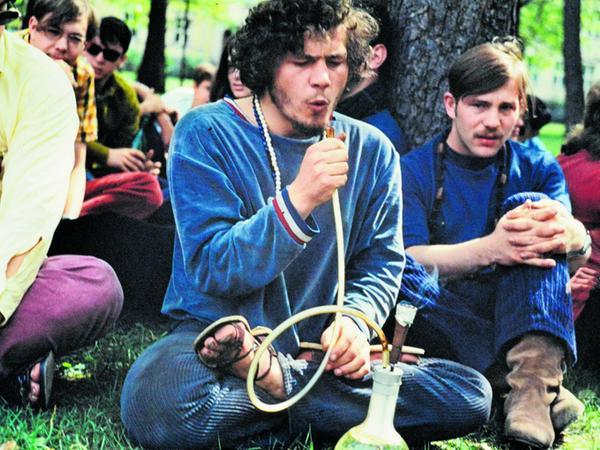 """Von der Ära des Jazz direkt in die Hippie-Ära: Pianist Mal Waldron 1967 beim Gastspiel im Jazz-Keller """"Strohalm"""", und entspannte Erlanger mit ihrer Pfeife im Schlossgarten."""