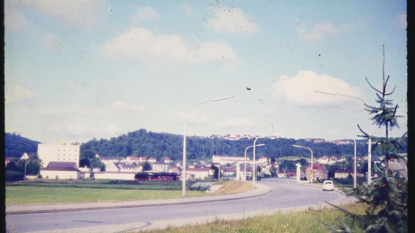 Der Bereich der Promenade. Die Denkmallok steht bereits, die Brücke ist fertig, die Senefelder-Schule noch nicht.