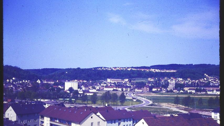 Das Bild aus dem Jahr 1968 zeigt den Bereich, der kurz danach entwickelt wurde mit dem Bau der Senefelder-Schule ab 1971, der Denkmalslok (1969) und dem Spielplatz.