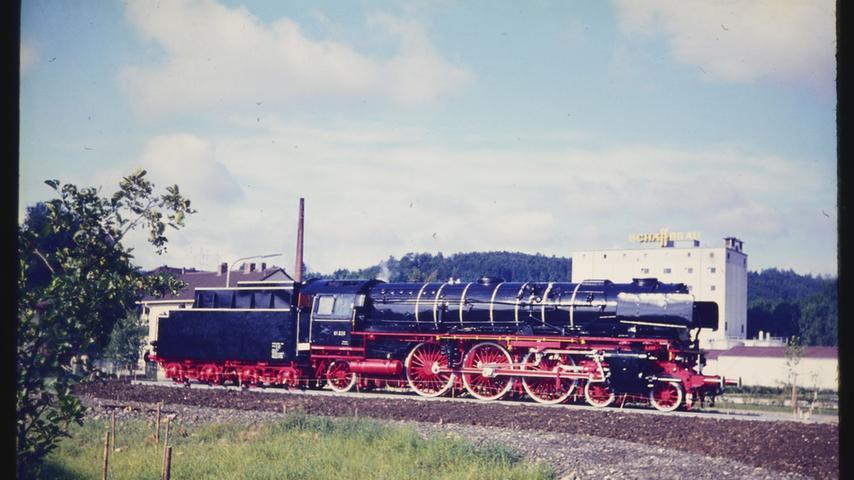 Die Dampflok 01 220 wurde im Juli 1969 gegenüber der späteren Senefelder-Schule an der Promenade (heute Bürgermeister-Döbler-Allee) aufgestellt.