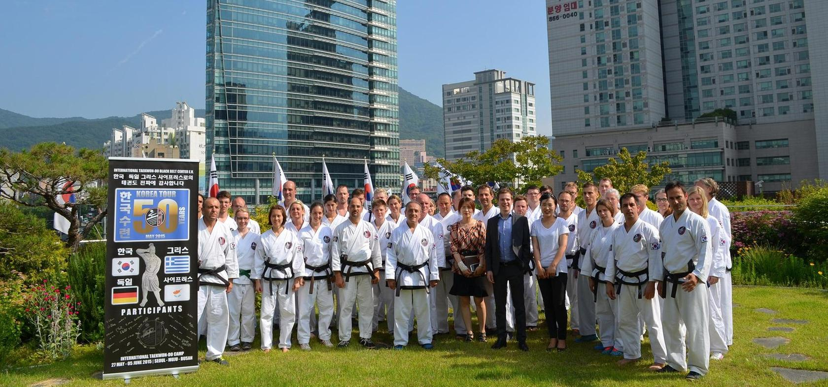 Die europäische Taekwon-Do-Reisegruppe im Dachgarten des Rathauses von Busan.
