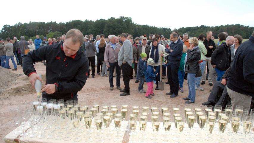 Erster Spatenstich im Juni: Viele Besucher waren gekommen, um bei dem feierlichen Ereignis dabei zu sein.