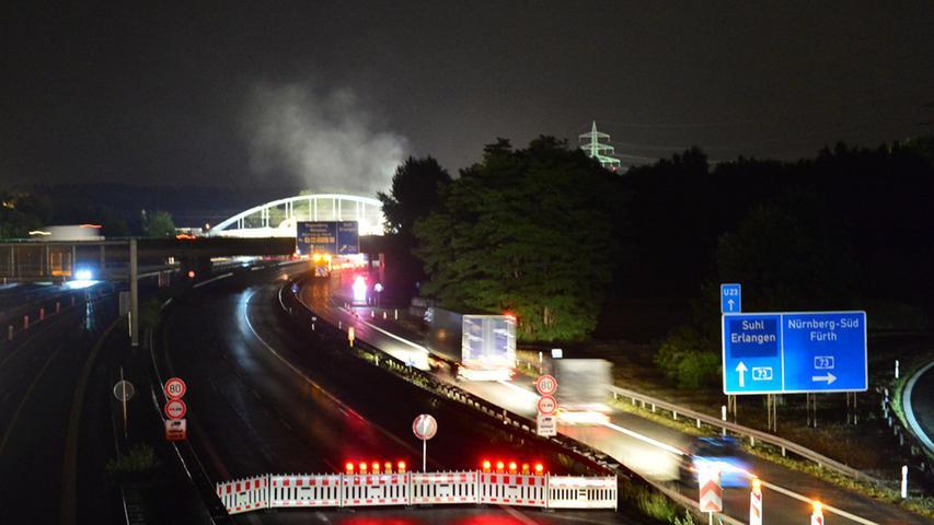 Der Abbruch der Eisenbahnbrücke über die Autobahn bei Eltersdorf war ein  nächtliches Spektakel. Die Luft vibrierte vom Getöse der Hämmer, die Erde  bebte, Staub stieg in den Nachthimmel..Foto: Klaus-Dieter Schreiter.