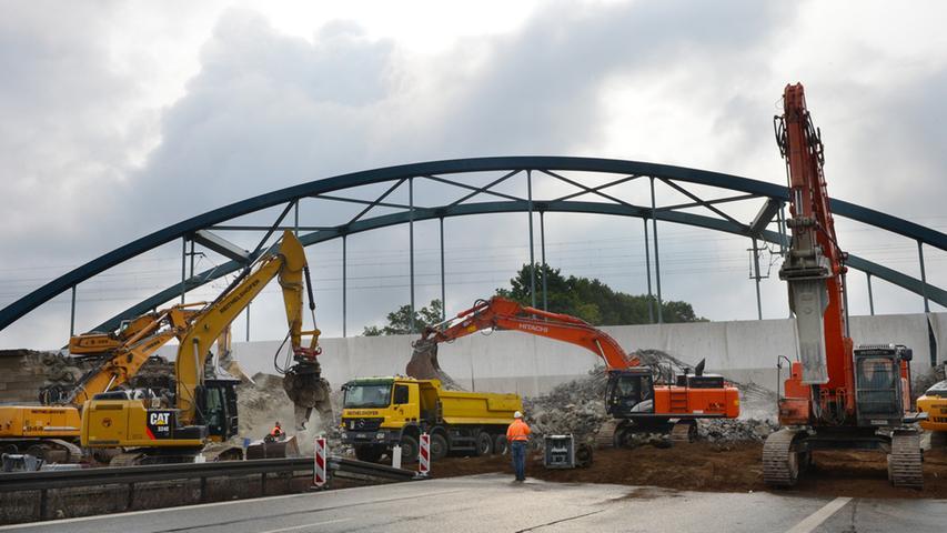 Der Abbruch der Eisenbahnbrücke über die Autobahn bei Eltersdorf war ein  Spektakel. Die Luft vibrierte vom Getöse der Hämmer, die Erde bebte, Staub  stieg in den Nachthimmel. Bei Tagesanbruch war schon nicht mehr zu erkennen,  dass es einmal eine massive Brücke war..Foto: Klaus-Dieter Schreiter.