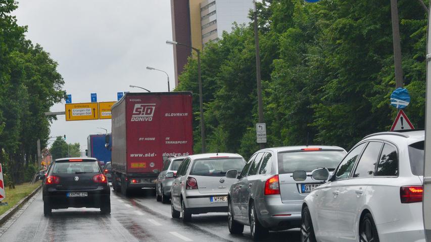 Der Abbruch der Eisenbahnbrücke über die Autobahn bei Eltersdorf war ein  Spektakel. Lange Staus in und um Erlangen waren wegen der Sperre die  Folge..Foto: Klaus-Dieter Schreiter.