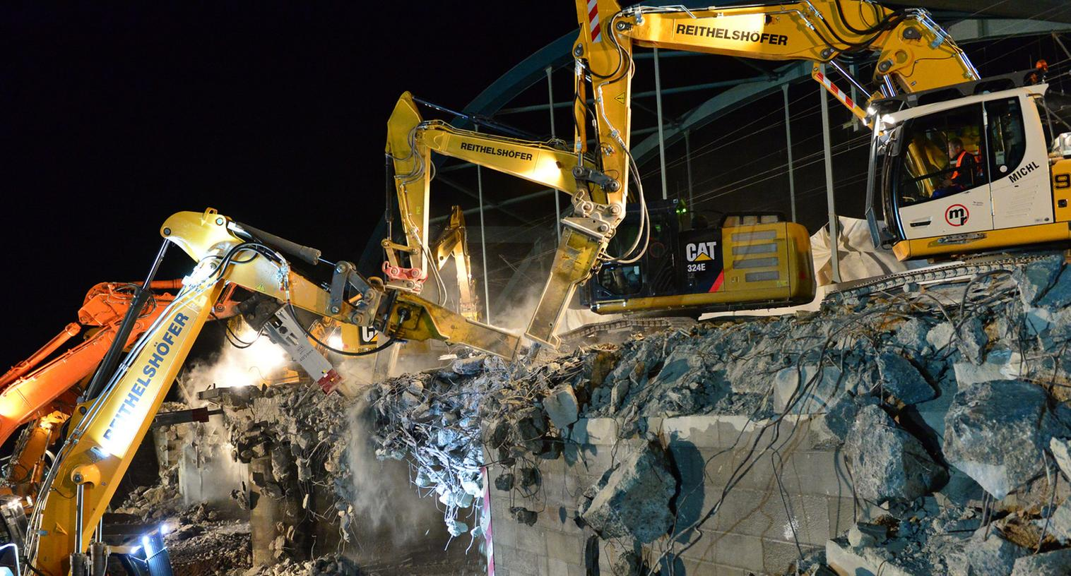 Die Eisenbahnbrücke über der Autobahn bei Eltersdorf wurde in der Nacht auf Samstag abgerissen.