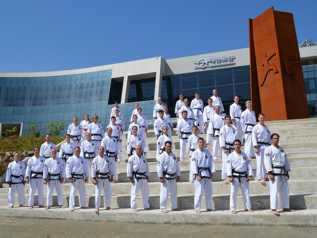 Die Taekwon-Do-Kämpfer aus Erlangen, Nürnberg, Schwabach, Bamberg, Lichtenfels,  Fürth/Vach, Herzogenaurach, Thessaloniki, Limassol und Paphos vor dem  internationalen Taekwon-Do-Trainingszentrum in Muju.