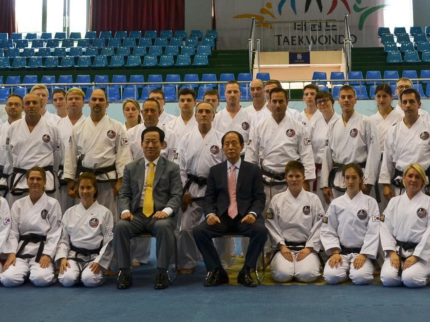 Gruppenfoto im Kukkiwon, der Weltzentrale des Olympischen Taekwon-Do-Sports,  mit dessen Präsident Jeong Mansoon.