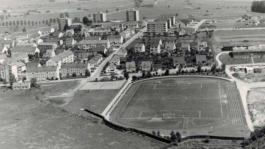 Treuchtlingen als Großbaustelle. Das Luftbild aus dem Jahr 1969 zeigt das Entstehen der Bezirkssportanlage. Das Freizeitheim ist gerade in Bau. Viele Häuser stehen noch nicht.