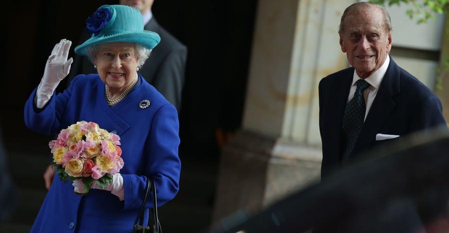 Fünf Staatsbesuche in über 60 Jahren: Die Queen ist im Juni 2015 erneut in Deutschland zu Gast. Roter Teppich, Salutschüsse und eine britische Limousine empfingen Elizabeth II. und Prinz Philip.