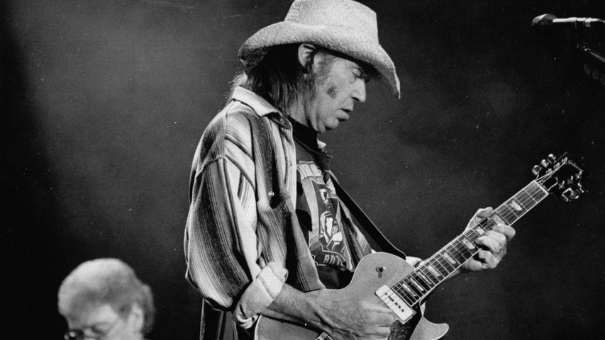 Unterschiedlich waren die Freiluftauftritte von Neil Young: 1982 erntete er mit Vocoder-Sound viel Kopfschütteln, 2002 (Bild) begeisterte er bei Rock im Park mit der Begleitkapelle