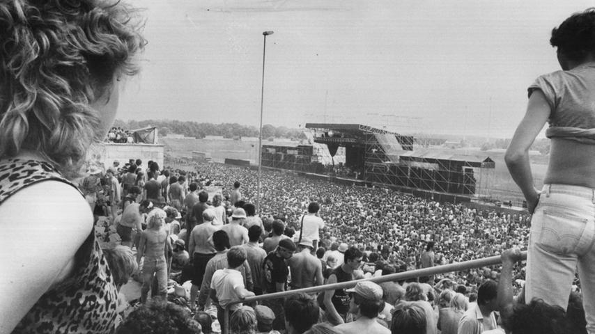 Röhrenjeans und Leopardenshirt sind das passende Outfit bei Auftritten der Hard-Rock-Band Deep Purple. Am 8. Dezember 1970 gastierten sie erstmals in der Meistersingerhalle, 1985 (Bild) und 1987 war die britische Formation am Zeppelinfeld zu hören. Und der nächste Auftritt in Nürnberg steht schon fest: am 21.November 2015 in der Arena — der Vorverkauf läuft.  Mailen Sie uns Fotos und/oder Berichte Ihres persönlich besten Konzert-Erlebnisses in Nürnberg und Umgebung mit dem Betreff