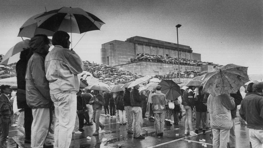 1990 standen die Fans von Tina Turner im Regen: Die Rockröhre spielte vor 20.000 Menschen auf dem Zeppelinfeld.  Mailen Sie uns Fotos und/oder Berichte Ihres persönlich besten Konzert-Erlebnisses in Nürnberg und Umgebung mit dem Betreff