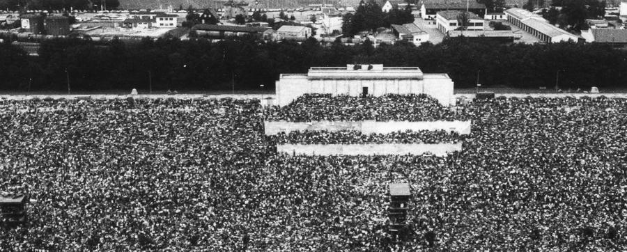 Voll besetzt war beim Rockfestival 1978 die Zeppelintribüne, als Protestsänger Bob Dylan seinen ersten Auftritt in Nürnberg hatte. Zuvor traf Bob Dylan auf Gleis 1 des Hauptbahnhofs ein, nahezu unbehelligt von der Öffentlichkeit.  Mailen Sie uns Fotos und/oder Berichte Ihres persönlich besten Konzert-Erlebnisses in Nürnberg und Umgebung mit dem Betreff