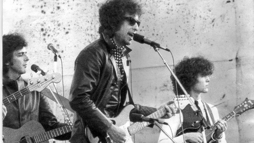 Auf dem Zeppelinfeld trat der US-Protestsänger Bob Dylan vor 80.000 Besuchern auf — als Höhepunkt des ersten großen Open-Air-Festivals.  Mailen Sie uns Fotos und/oder Berichte Ihres persönlich besten Konzert-Erlebnisses in Nürnberg und Umgebung mit dem Betreff