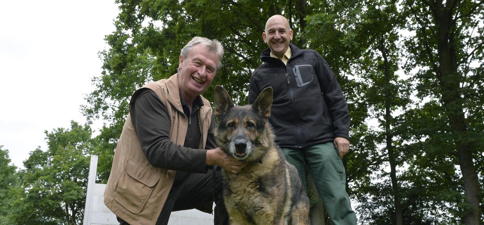 Schäferhundrüde Colin mit Arthur Engelhard (links) und Klaus Gumbrecht (rechts) auf dem Hundeplatz.