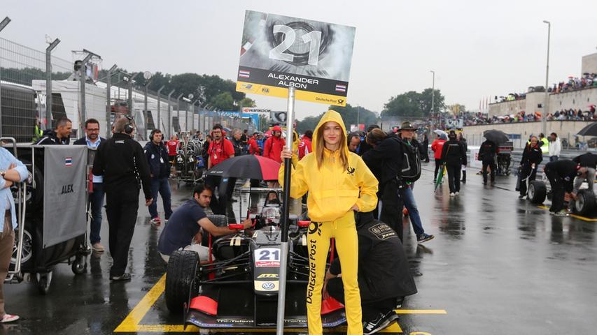 27.06.2015 --- Motorsport --- Saison 2015 --- 6. Rennwochenende Norisring  Nürnberg --- Formel 3 Europameisterschaft Rennen 1 --- Foto: Sport-/Pressefoto  Wolfgang Zink / MaWi --- ....Alexander Albon (21, Signature) mit Grid Girl
