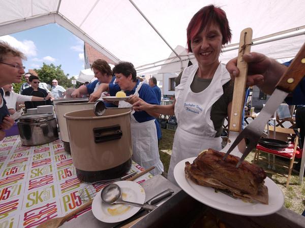 Auch eine Zugnummer beim Dorffest: das herzhafte Essensangebot. Hier im Bild die Schäuferla-Station des Backofenvereins.