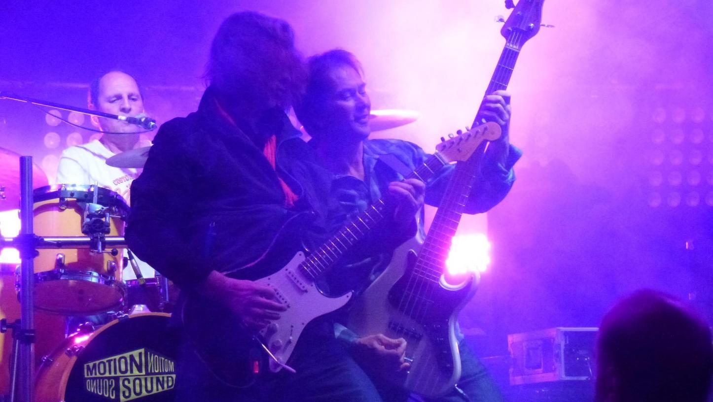 """Als echte Bereicherung erwies sich der Vorabend mit einem bejubelten Auftritt von """"Motion Sound"""". Im Bild Bassmann Kurt Reis (r.) und Peter Großhäuser an der Gitarre. Hinten Drummer Claus Pohan."""