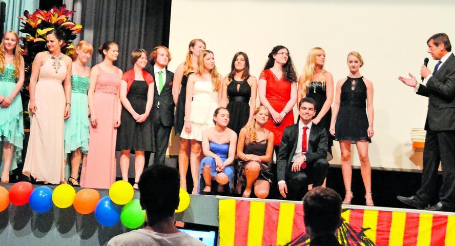 Der Abiturientenjahrgang 2015 des Wolfram-von-Eschenbach-Gymnasiums (WEG) feierte im Juni seinen Abschluss in der Gemeindehalle Schwanstetten. Unser Bild: Ehrung der Besten (hinten von links): Silja Jenne (1,5), Andrea Hafner (1,5), Alexandra Rauch (1,5), Linda Storek (1,3), Johanna Fay (1,2), Ludwig Peschik (1,0), Luisa Schlager (1,3), Sophia Ritter (1,5), Solveig Tonn (1,2), Hannah Perleth (1,3), Anna Meyer (1,3), Lisa Straubinger (1,5); vorne kniend: Christina Schiffel (1,3), Anna Hofrichter (1,5) und Julian Wechsler (1,0). Oberstudiendirektor Kifmann gratuliert.