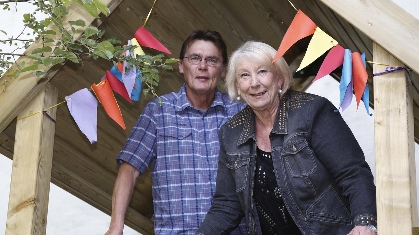 Schenken als Familienpaten anderen Menschen etwas von ihrer Zeit: Waltraud Günther und Reinhard Bock, hier auf einem Spielturm im Hof des Fürther Mütterzentrums.Foto: Edgar Pfrogner