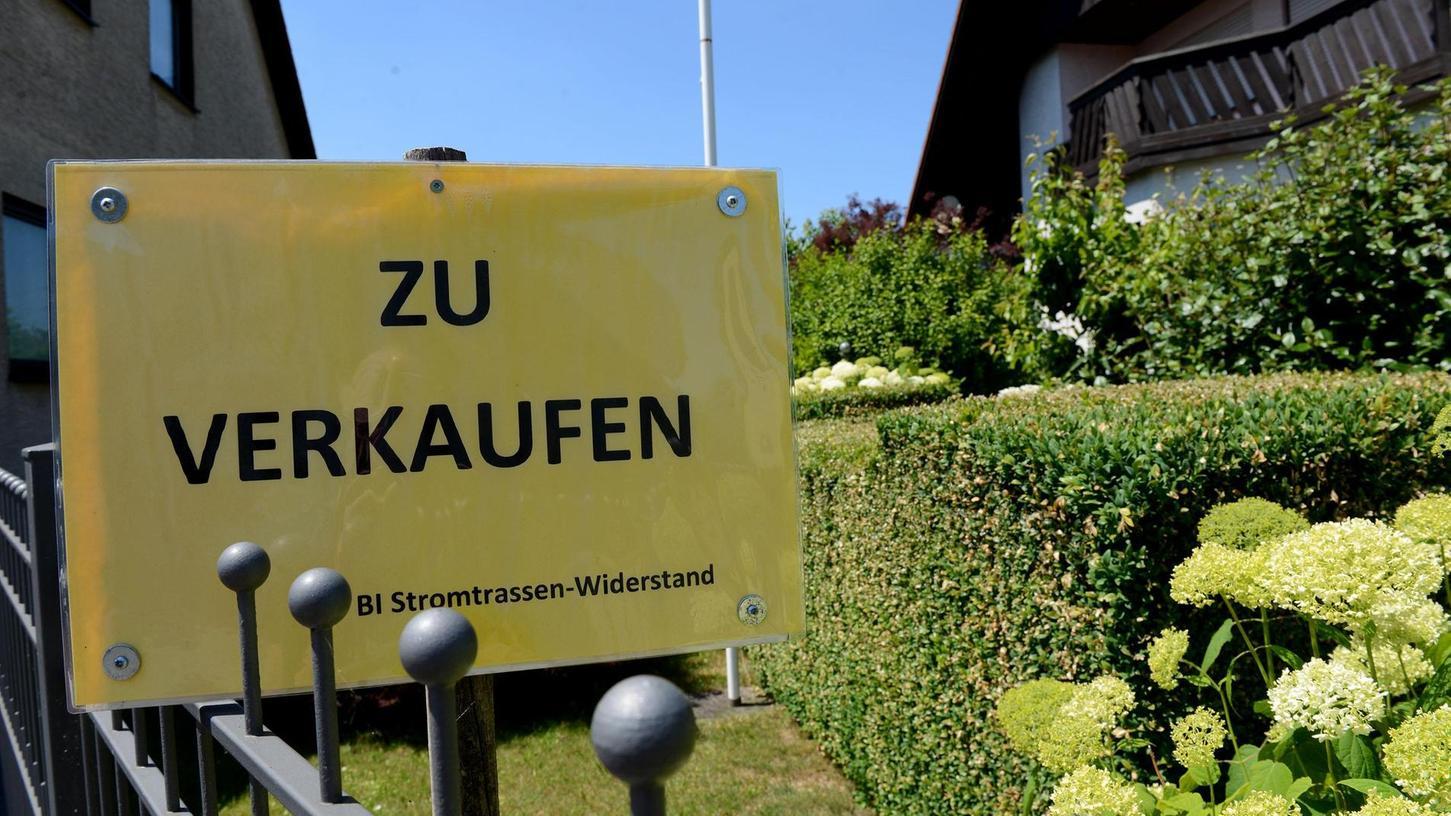 Etwa 30 solche Schilder finden sich im ganzen Dorf verteilt. Es kam auch schon zu Verkaufsgesprächen, doch das Interesse erlahmte schlagartig, wenn die Raitersaicher darauf hinwiesen, dass womöglich die Stromtrasse kommt.