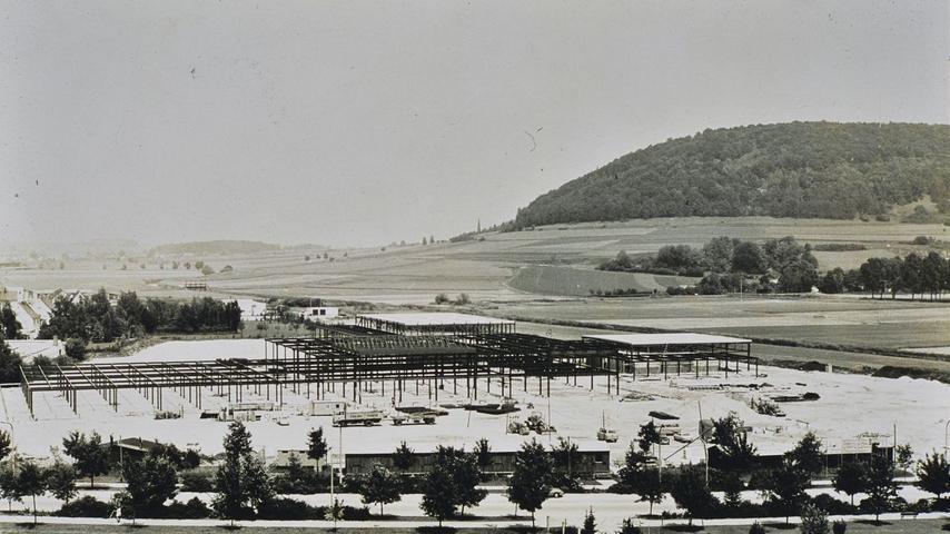Ein Blick in die Vergangenheit, das zeigt, wie die Senefelder-Schule gebaut ist - als Stahlgerippe in Leichtbauweise. Das Foto stammt aus dem ersten Jahr des Baues.
