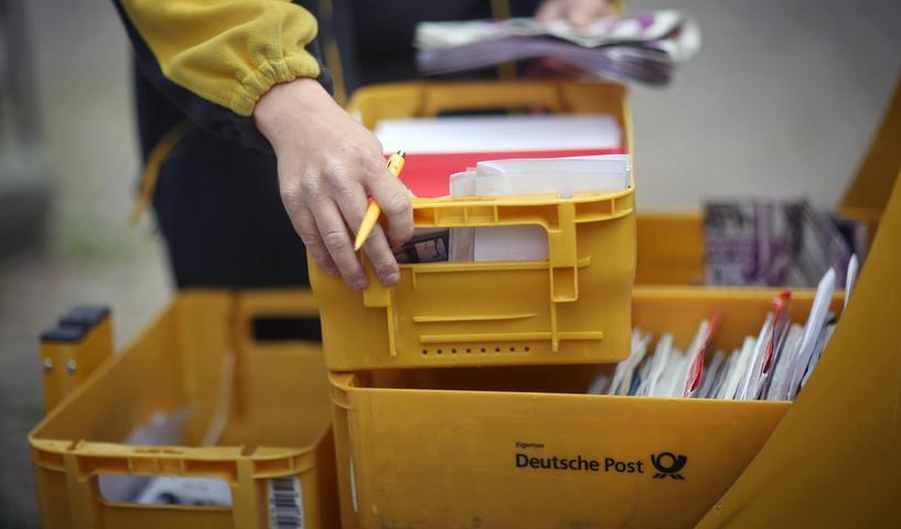 Am 17. März ging den Beamten zudem ein Nürnberger ins Netz, der Fahrer einer Spedition ist und Brief- und Postsendungen ausliefert. Er hatte über einen längeren Zeitraum immer wieder Briefe und kleine Pakete aus den Briefkästen gefischt, geöffnet, und Wertgegenstände und Geldscheine daraus entwendet.
