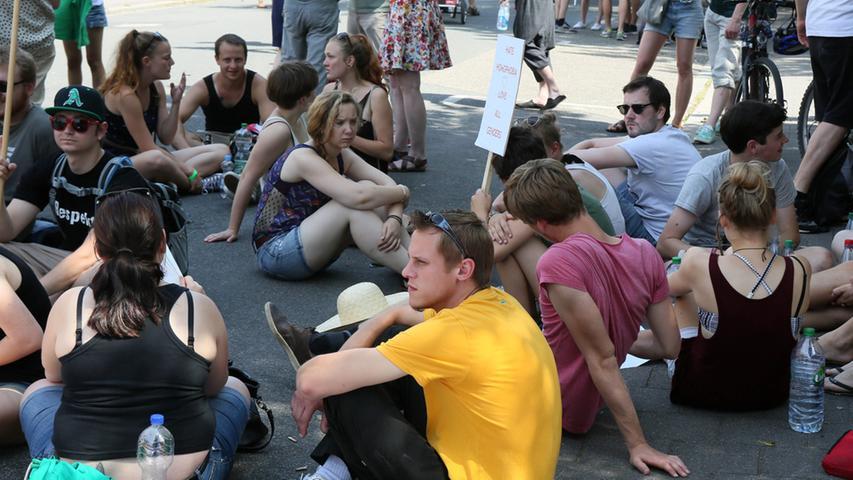 Demonstration gegen die rechte Studentenverbindung Frankonia in Erlangen vor  deren Haus in der Löwenichstrraße.....Foto: Michael  Müller....Bankverbindung:....Raiffeisenbank Westallgäu..BLZ: 733 698 23..KTO:  640 37 78....Abrechnung: Pauschale