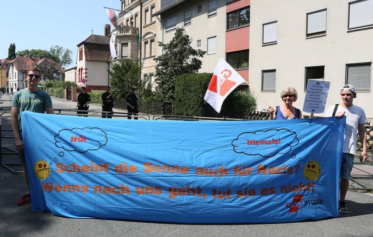 Demonstration gegen die rechte Studentenverbindung Frankonia in Erlangen vor  deren Haus in der Löwenichstrraße.