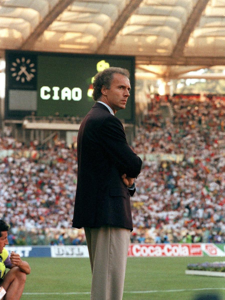 ARCHIV - Der Teamchef der deutschen Fußball-Nationalmannschaft, Franz  Beckenbauer, steht am 8. Juli 1990 im Olympiastadion von Rom am Rand des  Spielfeldes. Die deutsche Elf gewann mit 1:0 das Endspiel der Fußball- Weltmeisterschaft gegen Argentinien. Foto: Martina Hellmann dpa (zu dpa  Chronologie vom 12.05.) +++(c) dpa - Bildfunk+++