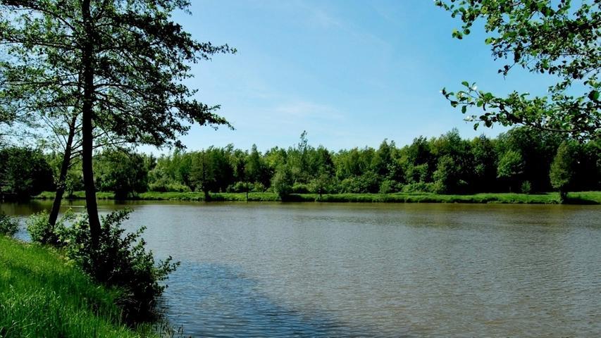 Am Erlensee in Schnelldorf bei Ansbach kann man nicht nur baden, grillen und sich sonnen - für den anspruchslosen Camper steht auch ein Campingplatz zur Verfügung. Der Kiosk ist über den ganzen Sommer geöffnet und in den Ort ist es auch nicht weit. Am Ostufer lockt pure Entspannung auf der großen Liegewiese. Adresse: Birkenbergstr. 91625 Schnelldorf