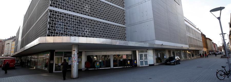 Eine schier unendliche Geschichte bleibt das Kaufhof-Gebäude in der Südstadt. Seit das einzige Kaufhaus außerhalb der Nürnberger Innenstadt am 16. Juni 2012 seine Pforten schloss, herrscht Stillstand am Aufseßplatz. Nachdem Pläne  von für ein schickes Einkaufszentrum scheiterten verkaufte Kaufhof die Immobile an Edeka. Die feilt zwar seit dem Erwerb 2016 an einem Konzept mit Einzelhandel und Wohnen, aber wann der leerstehende Bau nun abgerissen wird - und was genau an seiner Stelle errichtet wird - steht noch in den Sternen.