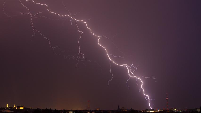 Blitz am Dienstag (07.07.2015) mit Blick auf Nürnberg. Blitz und Donner zogen  am Abend über Nürnberg. Starkregen und Orkan wird erwartet. .Foto: News5 /  Grundmann