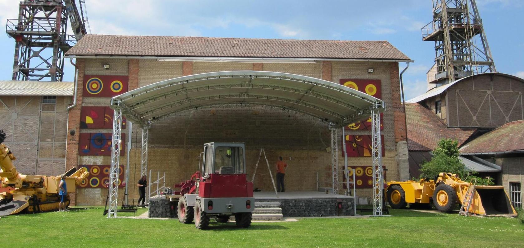 Der Aufbau der neuen Freilichtbühe auf dem Gelände des Bergbaumuseums Maffeischächte in Auerbach erforderte viel Arbeit, wird sich aber lohnen, hoffen die Initiatoren.