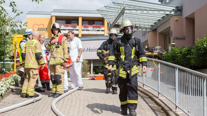 Einsatzfkraefte am Donnerstag (09.07.2015) vor dem Altenheim in der  Graf-Pueckler-Limpurg-Strasse 77 in Fuerth. Am Donnerstagnachmittag  (09.07.2015) wurden die Rettungskraefte von Polizei, Feuerwehr und  Rettungsdienst zu einem Brand in einem Fuerther Altenheim alarmiert. Beim  Eintreffen der Kraefte brannte es in einem Zimmer des