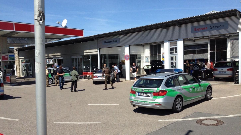 An einer Tankstelle in Bad Windsheim hat die Polizei einen Mann verhaftet, der für den Amoklauf mit zwei Toten im Landkreis Ansbach verantwortlich sein soll.