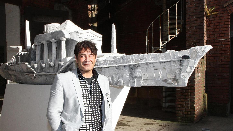"""Die """"Wandlungen"""" sind eine gute Gelegenheit, die Industriearchitektur des traditionsreichen Humbser-Gebäudes zu besichtigen. Kunst gibt's obendrein: im Bild Shohe Alexander Seiler mit seiner Kriegsschiff-Skulptur."""
