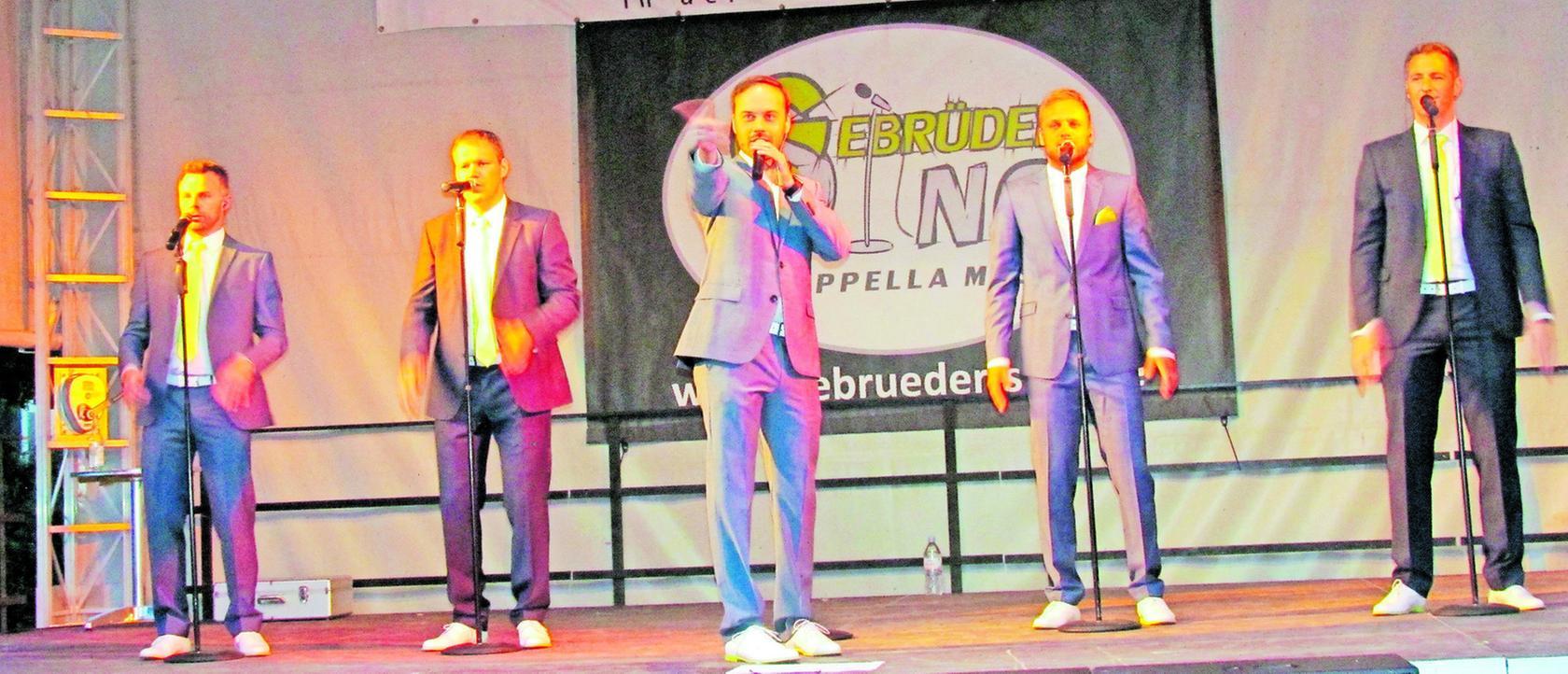 Die Gebrüder Sing begeistern bei ihrem Auftritt nicht nur mit Musik, sondern auch mit schauspielerischen Einlagen.