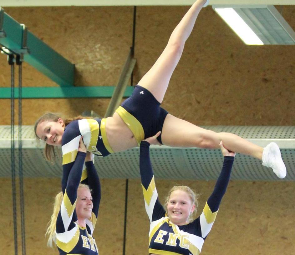 Teamarbeit: Bei den Pyramiden helfen alle Cheerleader zusammen, damit die Flyer ganz oben sicher ihre Figuren machen können.