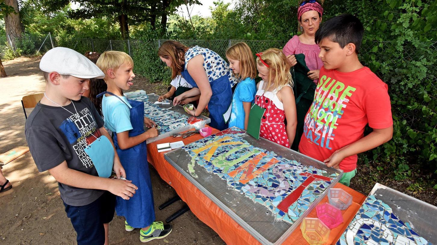 Diese bunten Mosaikbilder puzzeln die Rosenschüler im Rahmen des Pilotprojekts Kunstgrundschule zusammen.