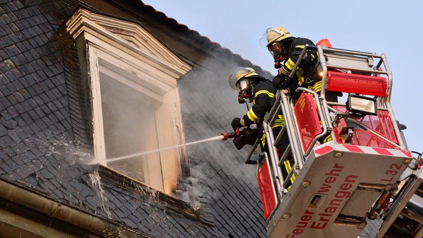 Feuerwehr-Großeinsatz: Hotel in Erlanger Innenstadt in Flammen
