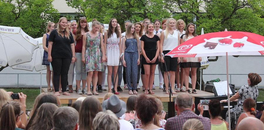 """Unter dem Motto """"Mädels – Rhythmus – Schulspiel"""" veranstaltete die Mädchenrealschule Abenberg im Juli 2015 ihr Sommerfest. Unser Bild:  Verschiedene Klassen erfreuten die zahlreichen Besucherinnen und Besucher mit Gesangbeiträgen."""