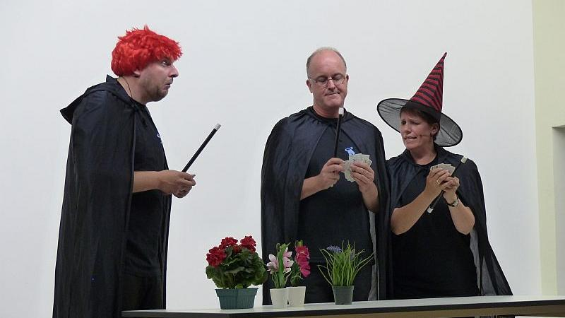 Kirchlich-bayerisches Pfarrkabarett sorgte in der Alten Turnhalle in Heidenheim für viele Lacher.