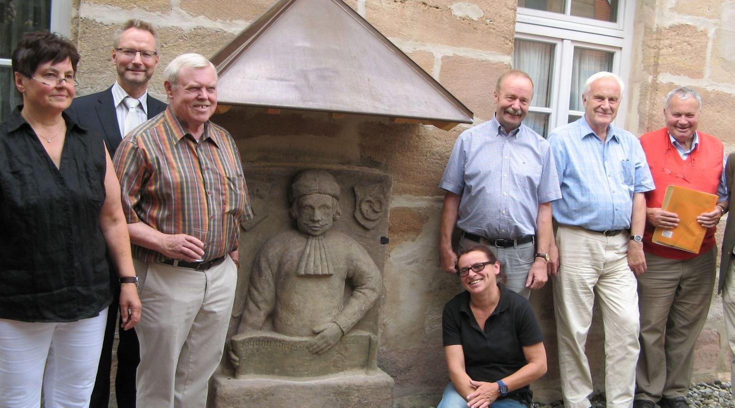Walli Porlein, Dr. Martin Böhmer, Hans Schmitt, Martina Krebs (Restauratorin),  Friedrich Seyferth, Hartwig Reimann und Klaus Huber freuten sich über die  gelungene Restaurierung des Bierbrauer-Denkmals.