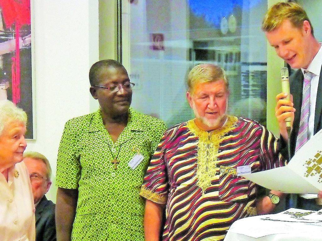 Dankurkunden übergab OB Matthias Thürauf an Pater Marcel, dessen Nachfolger Pater Anatole und Annemarie Keller (v. re.) für deren Engagement für Gossas.