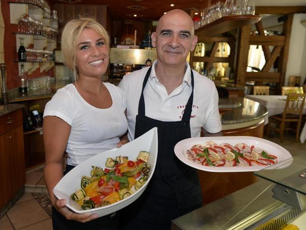 """Seit 30 Jahren gibt es bereits die beliebte """"Trattoria Bruno"""" in der Schiffstraße: Bruno Marini mit Tochter Sarah Marini in Aktion."""