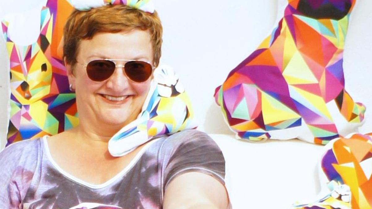 Sabine Sachs mit einer Auswahl ihrer Tierkissen.