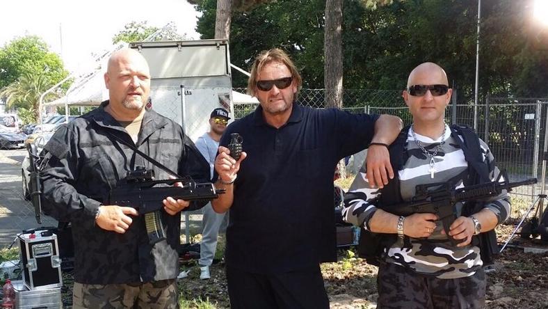 Die Waffen sind natürlich nicht echt: Das Team um Promi-Bodyguard Peter Althof (Mitte) bereitet sich auf die Dreharbeiten für die Fortsetzung des Film-Klassikers